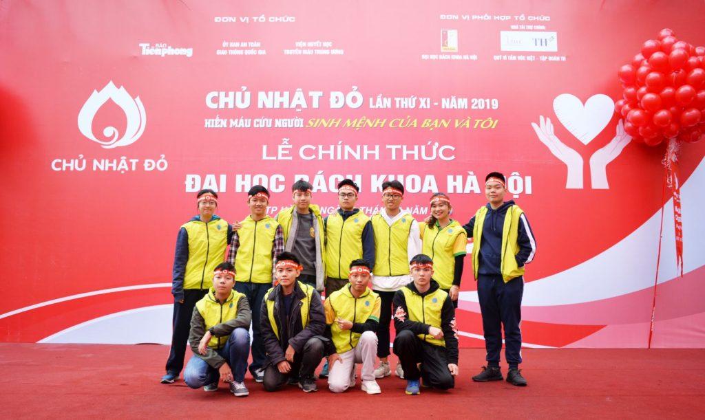 Hồng Phúc và các bạn trong CLB The Connected World tham gia sự kiện Chủ Nhật Đỏ.