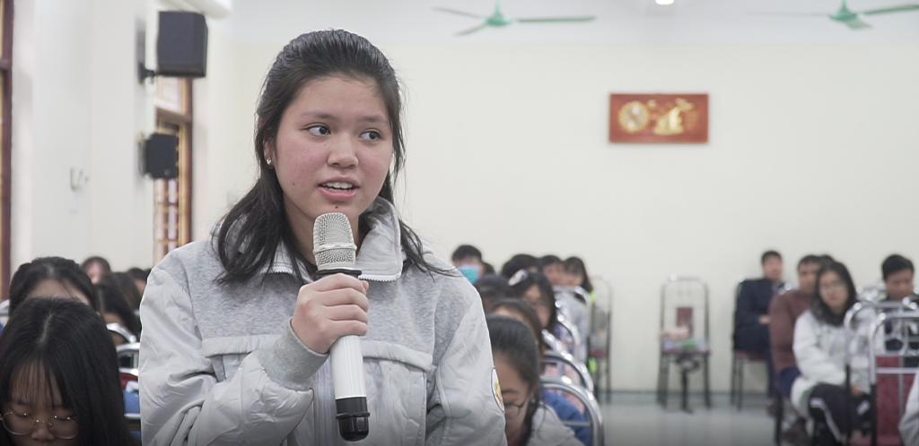 Các bạn học sinh trường THPT Chuyên Lê Hồng Phong đặt câu hỏi cho các chuyên gia tư vấn du học từ ISTAR.