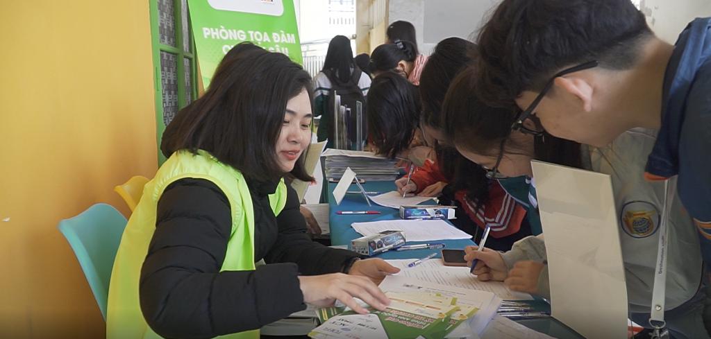 Đội ngữ tư vấn ISTAR đang giải đáp thắc mắc cho các bạn học sinh trường THPT Chuyên Lê Hồng Phong.