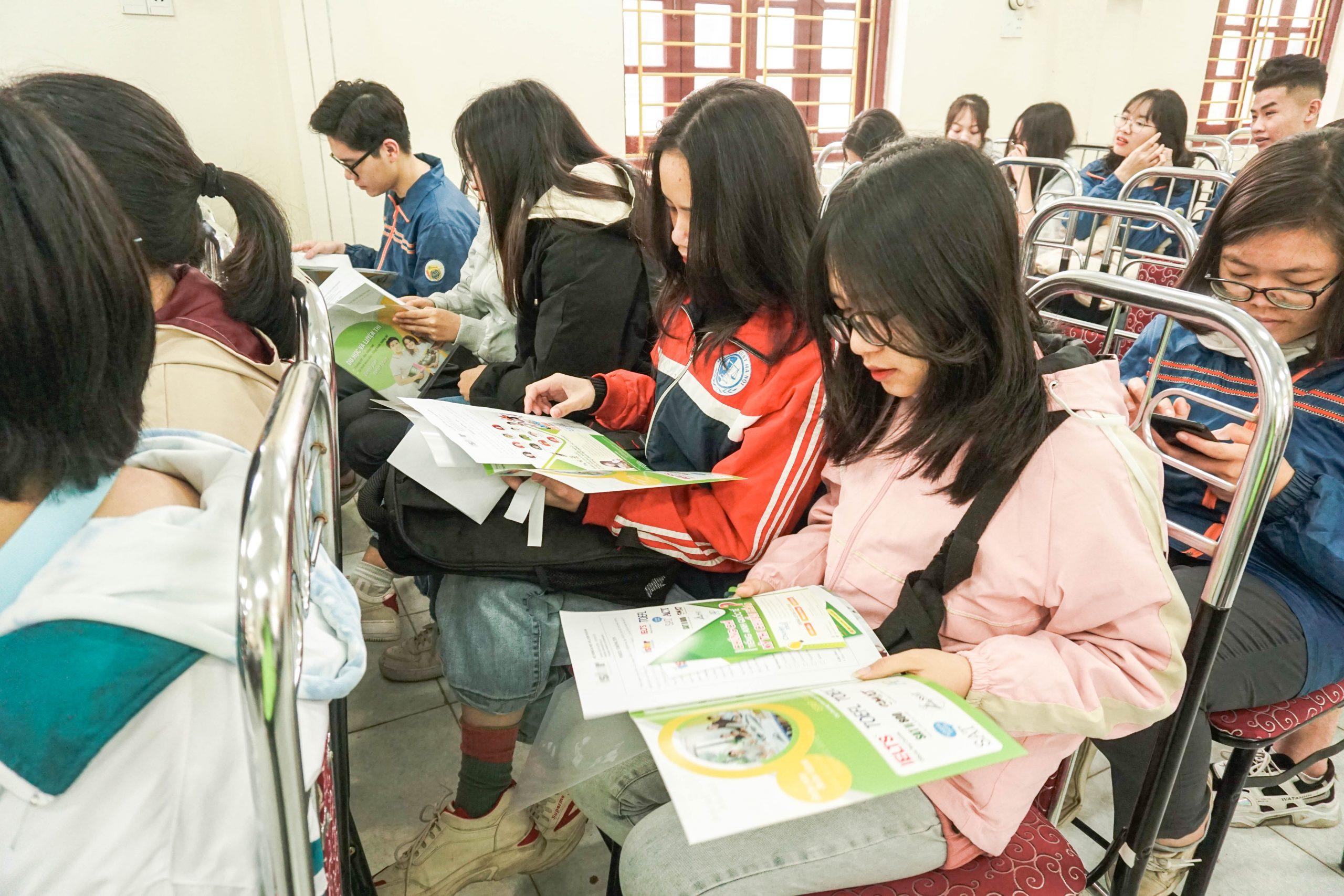 Học sinh đọc các thông tin giới thiệu về ISTAR và toạ đàm