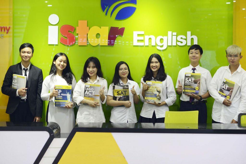 Hải Long cùng các bạn học viên trong lớp luyện SAT tại ISTAR.