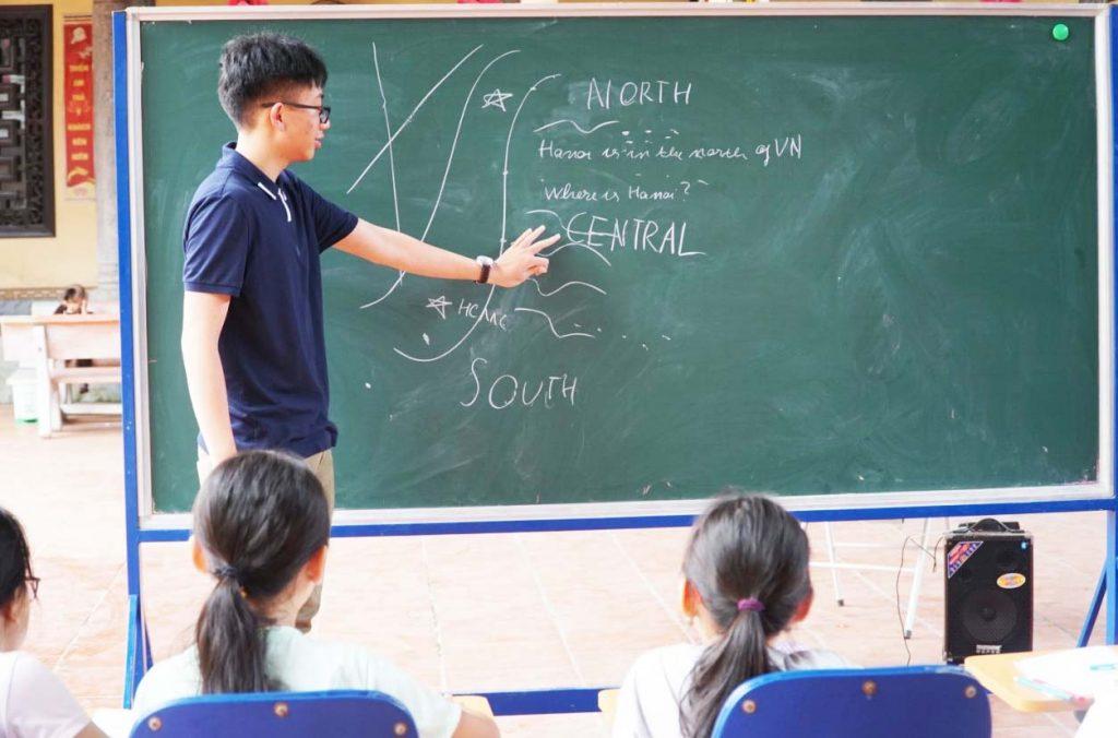 Nhật Nam dạy học cho trẻ em tại chùa Diên Phúc.