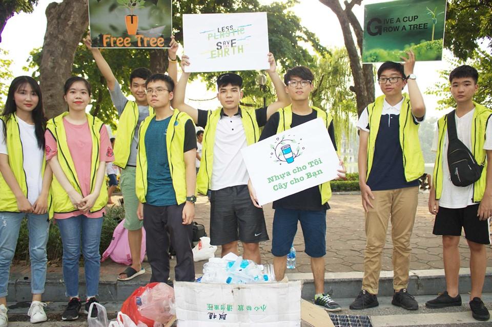 Và là tình nguyện viên chương trình Đổi nhựa lấy cây trong ngày Quốc tế Môi trường.