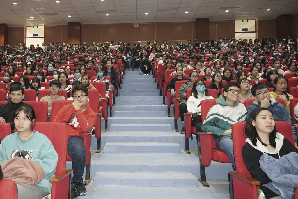 Buổi tọa đàm nhận được đông đảo sự quan tâm của học sinh trường chuyên Vĩnh Phúc.