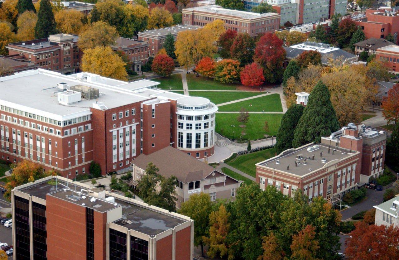 Khung cảnh học xá của Đại học Oregon nhìn từ trên cao