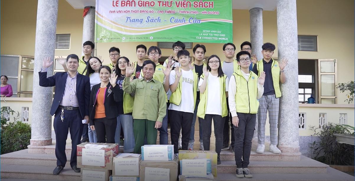 Đại diện ISTAR và các bạn trẻ CLB ConnectedWord chụp ảnh lưu niệm cùng cán bộ xã Cao Thắng, huyện Thanh Miện, tỉnh Hải Dương