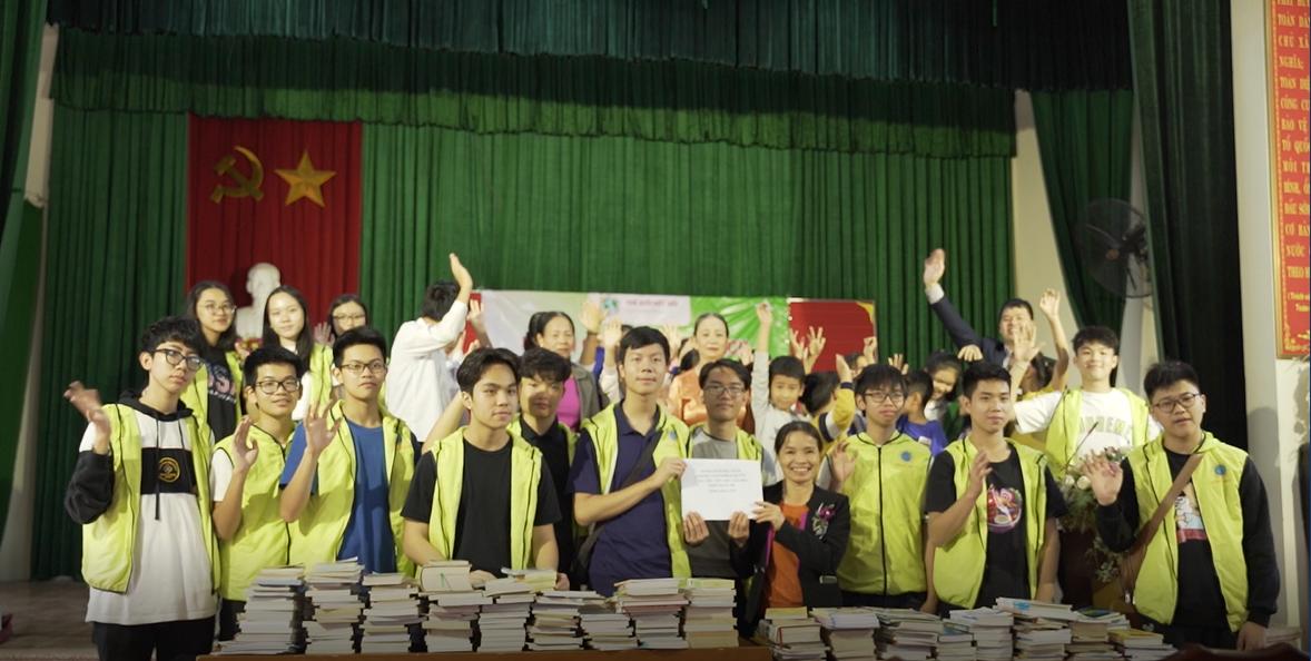 CLB ConnectedWorld trao tặng hơn 600 đầu sách cho đại diện nhà văn hóa xá Cao Thăng, huyện Thanh Miện, tỉnh Hải Dương