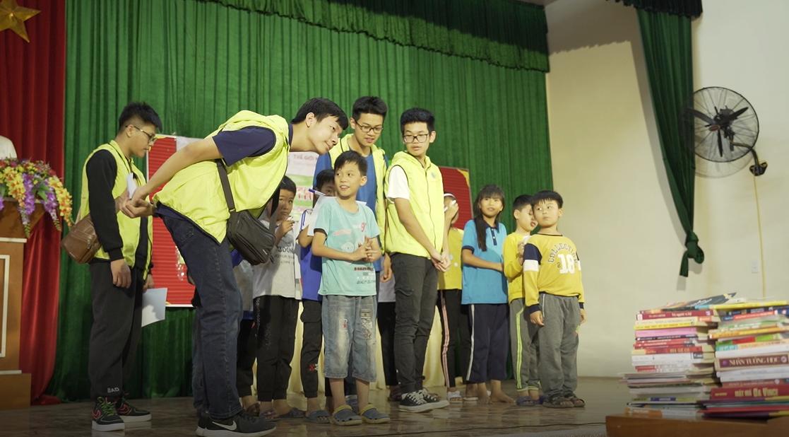 Các bạn nhỏ tại xã Cao Thăng cùng CLB ConnectedWorld tham gia trò chơi