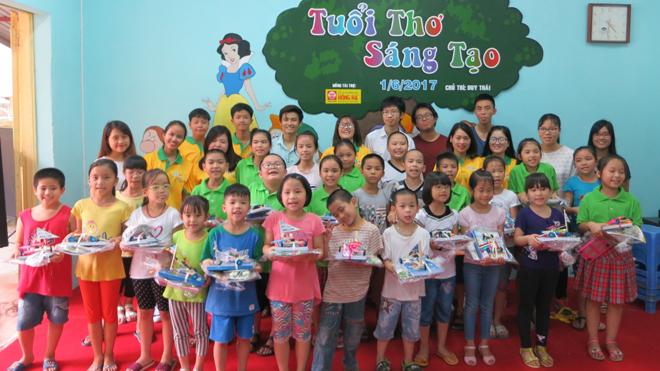 Các tình nguyện viên iStar tặng quà cho các bé tại Nhà nuôi dưỡng trẻ HN Đống Đa