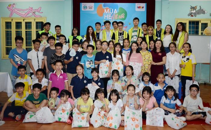 Các tình nguyện viên tặng quà cho các em