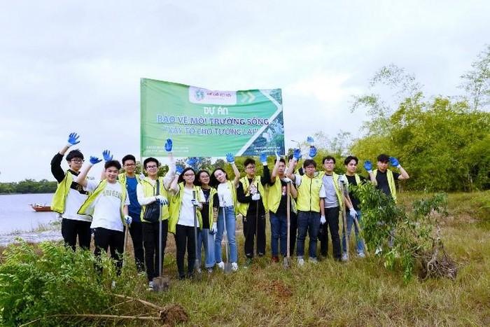Các tình nguyện viên Câu lạc bộ Thế giới Kết nối trồng cây trên Đảo Cò