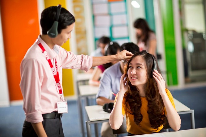 Kiểm tra tai nghe trước khi thi IELTS (Ảnh minh họa: British Council)