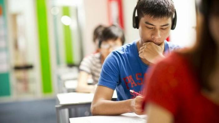 Thí sinh tập trung trong bài thi IELTS Listening (Ảnh minh họa: British Council)